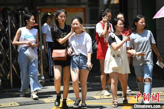 资料图:广西南宁,结束高考的考生轻松走出考场。  俞靖 摄