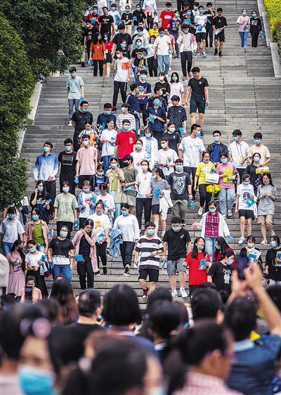 7月8日,重庆八中考点,考生结束考试后走出考场。
