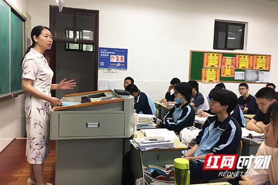校长谭志红为330班学生进行考前指导。