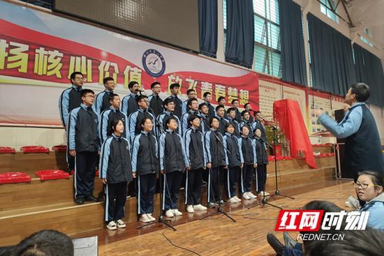参加合唱比赛获得一等奖。