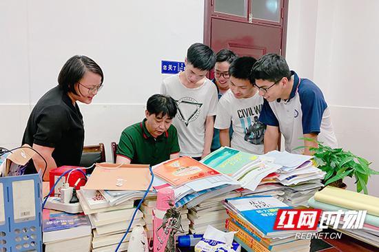 创新班老师进行面授辅导。