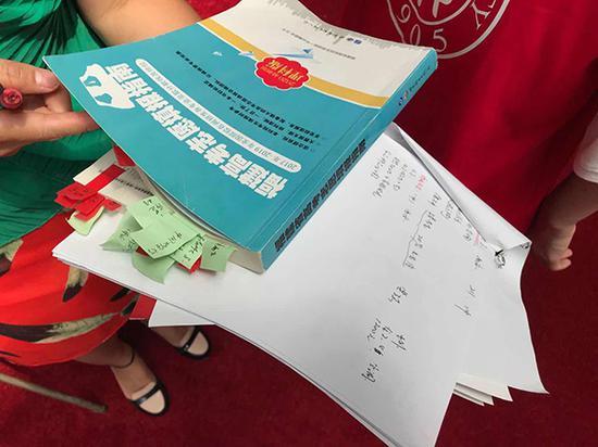 家长考生们都特别仔细,冷静地计算着高考分数线与理想院校之间的微妙距离。